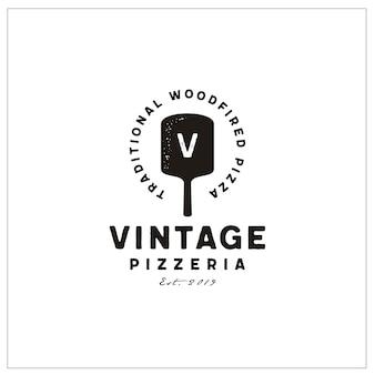 Vintage pizza logoのヘラとイニシャルのタイポグラフィ