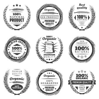 Set di etichette di prodotti cerealicoli premium vintage con ghirlande naturali di spighe di grano in stile monocromatico isolato