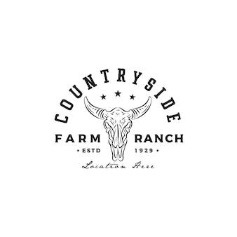 西洋の田舎の農場の牧場の国のロゴデザインのヴィンテージレトロなロングホーン牛バッファロー牛