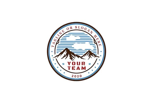 Винтажная ретро эмблема значка горного холма для вектора дизайна логотипа приключений пустыни