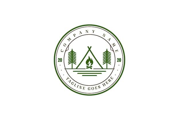 ヴィンテージレトロテントキャンプファイヤー松の木フォレストキャンプアドベンチャーロゴデザインベクトル