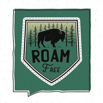 Дизайн иллюстрации значка vintage roam free. эмблема путешествия с текстом. необычная нашивка в хипстерском приключенческом стиле. фондовый вектор.