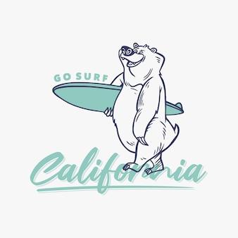 ヴィンテージスローガンのタイポグラフィは、tシャツのサーフボードを運ぶクマがカリフォルニアをサーフィンに行きます