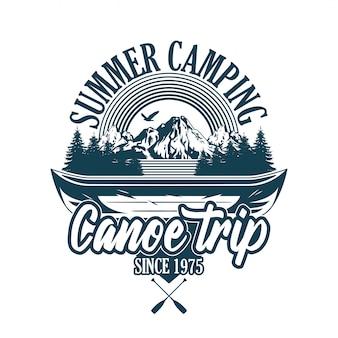 빈티지 스타일 인쇄 디자인 엠 블 럼, 패치, 강 여행 및 일부 나무와 산에 대 한 나무 카누와 배지의 그림. 모험, 여행, 여름 캠핑, 야외, 자연, 개념.