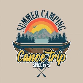 강 여행 및 일부 나무와 산에 대 한 빈티지 스타일 나무 카누. 모험, 여행, 여름 캠핑, 야외, 자연, 개념.