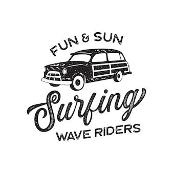 Винтажный дизайн логотипа серфинга для футболки и других целей. типография fun and sun цитирует каллиграфию и значок фургона. необычная рука нарисованные серфинг графический патч эмблема. фондовый вектор.