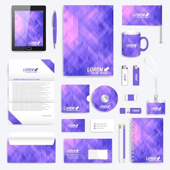 コーポレートアイデンティティテンプレートのバイオレットセット。紫の三角形のモダンなステーショナリー。ブランディングデザイン。