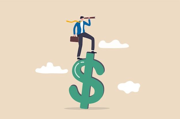 Видение глобальных финансов или экономики, деловых возможностей или концепции инвестиционного прогноза, умный уверенный бизнесмен, стоящий на знаке денег в долларах сша с помощью телескопа, чтобы увидеть прогноз на будущее.
