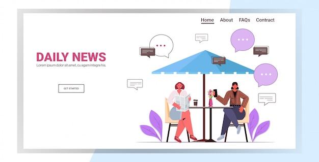 Посетители читают газеты и обсуждают ежедневные новости во время кофе-брейка. женщина сидит за столиком в кафе в полный рост горизонтальная копия пространства иллюстрации