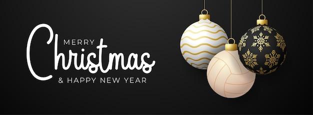 배구 크리스마스 카드입니다. 메리 크리스마스 스포츠 인사말 카드입니다. 검은색 가로 배경에 크리스마스 공과 황금색 싸구려로 스레드 배구 공에 매달려 있습니다. 스포츠 벡터 일러스트 레이 션.