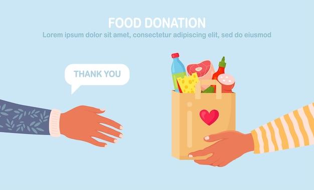 굶주린 사람들을 위한 음식이 담긴 기부 상자를 들고 있는 자원 봉사자. 쉼터에 있는 노숙자들을 위한 다양한 식료품. 연대와 자선 개념