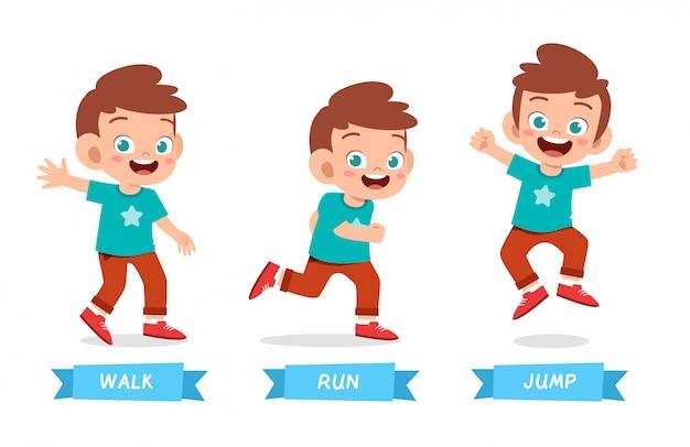 Счастливый малыш мальчик делает wak run прыгать