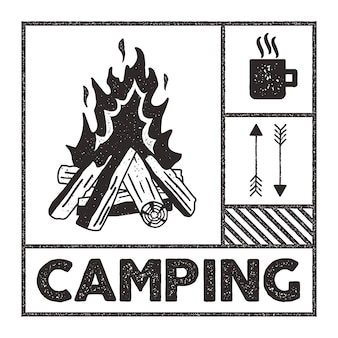 放浪癖のキャンプスタンプ。古い学校の手描きのプリントアパレルグラフィック。キャンプファイヤー、マグカップ、矢印記号。テクスチャスタンプ効果。ヴィンテージスタイル。