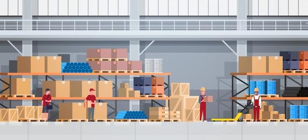 ラックと働く人々の倉庫インテリアボックス。物流配達サービスのコンセプト