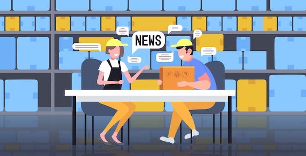 倉庫労働者が毎日のニュースチャットバブル通信の概念を議論する会議中にチャット。モダンな倉庫インテリア全長水平図 Premiumベクター