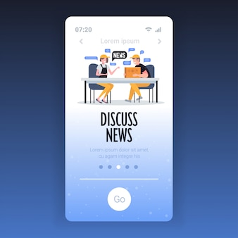 매일 뉴스 채팅 거품 통신 개념을 논의하는 동안 채팅 창고 노동자. 스마트 폰 화면 모바일 앱 템플릿