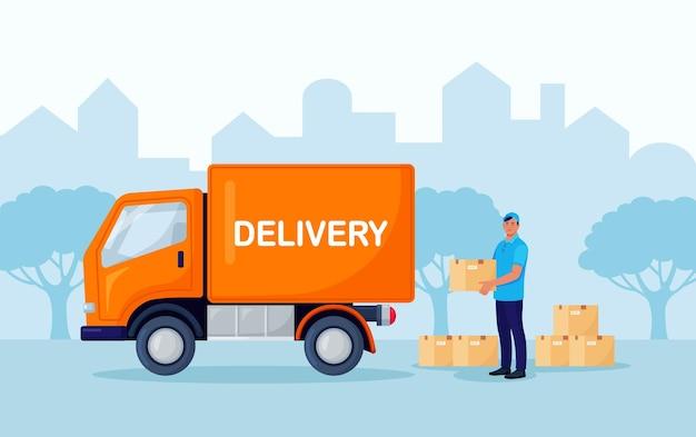 소포 상자와 창고 노동자입니다. 배송 및 배송 서비스. 로더가 트럭에서 상품을 내립니다.