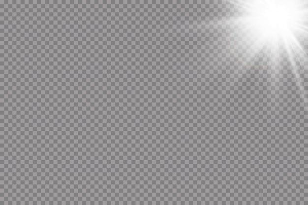 暖かい太陽の背景。 leto.bliki太陽光線。透明な背景で白い輝く光が爆発します。光線で。透明な太陽、明るいフラッシュ。特殊レンズフレアライト効果。