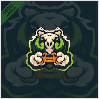 Бородавочник геймер держит игровую приставку джойстик. дизайн логотипа талисмана для команды киберспорта.