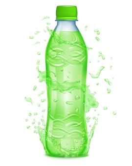 녹색 액체가 든 플라스틱 병 주위에 물이 녹색으로 튀었습니다. 녹색 뚜껑이 있는 병, 녹즙이 가득