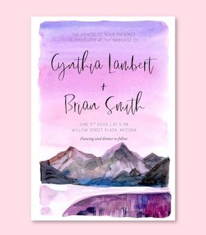 Акварельная свадебная пригласительная открытка с фиолетовым небом и горным пейзажем