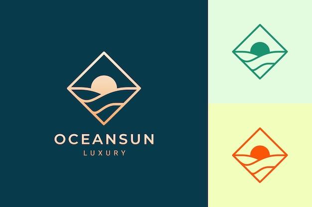물결과 태양 모양이 있는 단순한 마름모의 해안가 또는 바다 로고