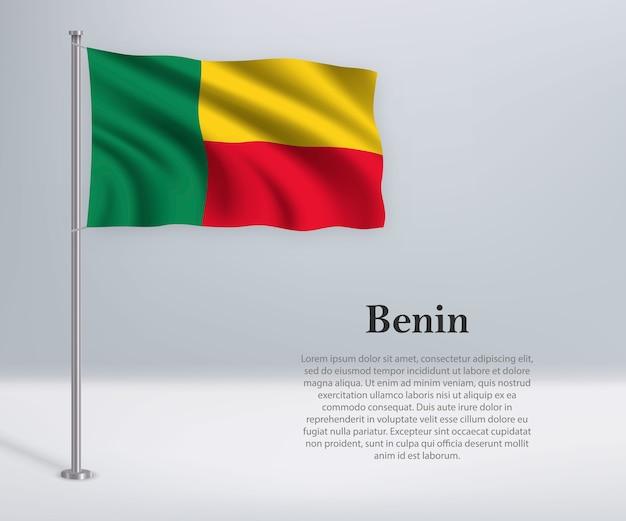 Развевающийся флаг бенина на флагштоке