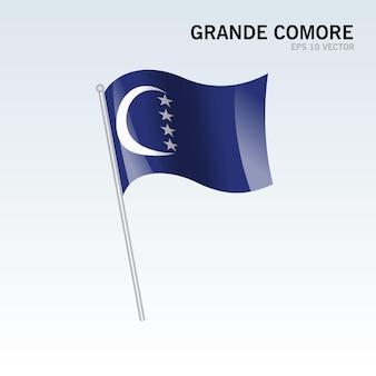 灰色の背景にグランデコモロまたはコモロ島のグランドコモロ島の旗を振る