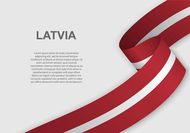 라트비아의 깃발을 흔들며.