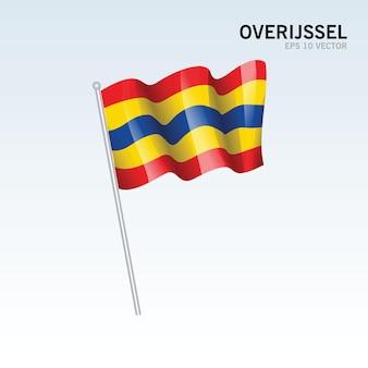 회색 배경에 고립 된 네덜란드의 overijssel 지방의 깃발을 흔들며
