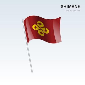회색 배경에 고립 된 일본 시마네 현의 깃발을 흔들며