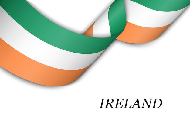 아일랜드의 국기와 리본을 흔들며.