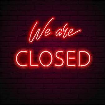 私たちは閉じていますグロー赤いネオンフォント、レンガ壁の背景に蛍光灯。ショップ、カフェ、バー、レストランのドアにサインのイラスト。明るいタイポグラフィ。