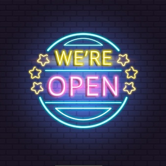 «мы открыты» неоновая вывеска на кирпичной стене