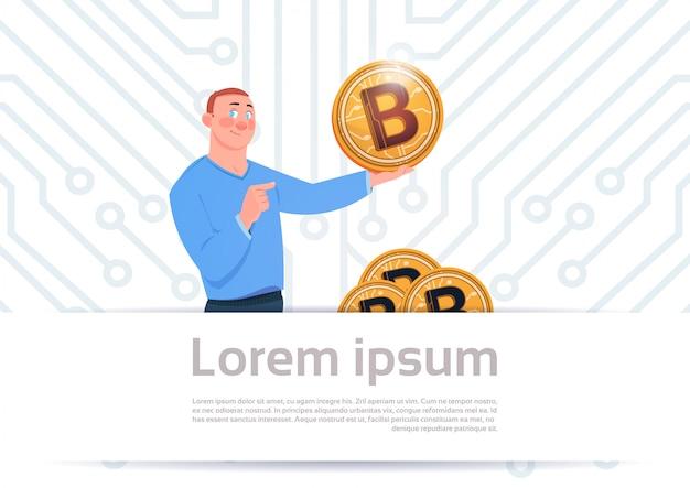 Человек держит золотой биткойн современная криптовалюта web money concept материнская плата схема фон