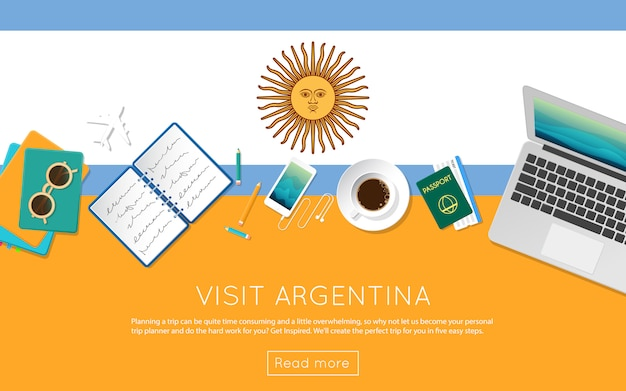 Webバナーや印刷物のアルゼンチンのコンセプトをご覧ください。アルゼンチン国旗のノートパソコン、サングラス、コーヒーカップの平面図です。フラットスタイルの旅行計画のウェブサイトのヘッダー。