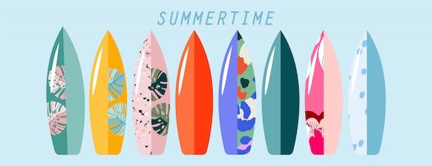 立っているサーフボードセット。さまざまな手描きのサーフィンボード。夏のスポーツと活動の概念図。 webと印刷のトレンディ。