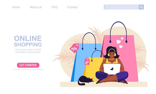 オンラインストアで彼女のラップトップショップを持つ女性。バックグラウンドでの買い物袋。オンラインショッピングの概念図、webデザイン、バナー、モバイルアプリ、リンク先ページに最適です。
