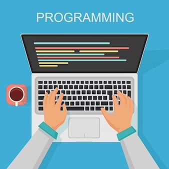 プログラミング、コーディングweb開発コンセプト。画面コード付きプログラマー上面図