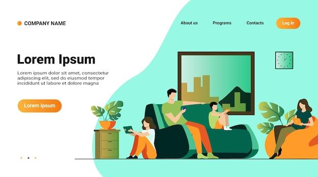 Modello di sito web, pagina di destinazione con l'illustrazione della famiglia del fumetto che si siede a casa con l'illustrazione piana di vettore isolata dei gadget