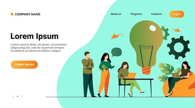 웹 사이트 템플릿, 사무실 또는 공동 작업 공간에서 비즈니스 팀 회의의 일러스트와 함께 방문 페이지. 책상에 앉아 컴퓨터로 작업하고 함께 프로젝트 아이디어를 논의하는 동료