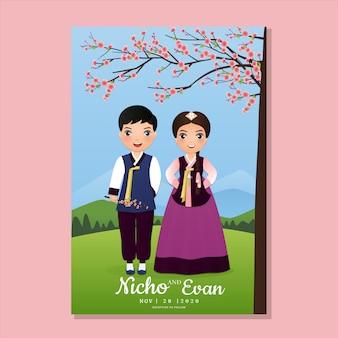 Свадебный пригласительный билет жениха и невесты милая пара в традиционном ханбок-платье одевает мультяшного персонажа южной кореи. пейзаж красивый фон