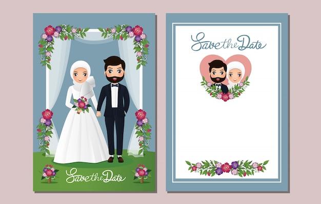 結婚式の招待カードの花で飾られたアーチの下の新郎新婦のかわいいイスラム教徒のカップルの漫画。