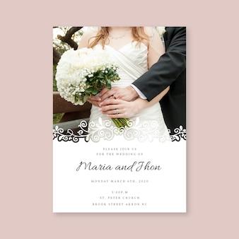 Modello dell'invito di nozze con la sposa e lo sposo