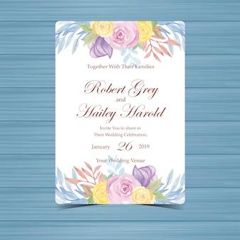 美しい黄色と紫のバラと結婚式の招待状