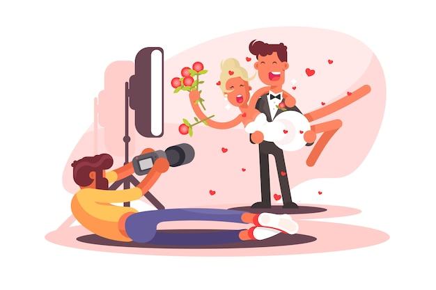 Свадебный фотограф снимает на камеру