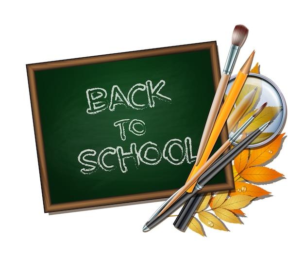 学校の背景へようこそ。学校のアイテムと要素。秋の葉、ペン、鉛筆、ブラシ、白い背景の上の虫眼鏡を持つ木造の緑の黒板。