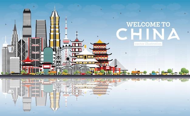Добро пожаловать в china skyline с серыми зданиями, голубым небом и отражениями известных достопримечательностей китая