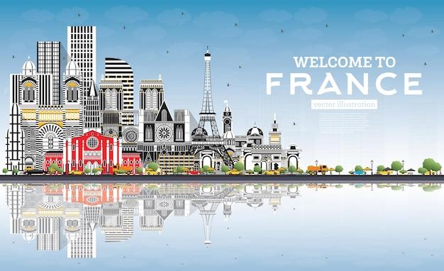 회색 건물과 푸른 하늘이 있는 프랑스 스카이라인에 오신 것을 환영합니다. 벡터 일러스트 레이 션. 역사적인 건축과 관광 개념입니다. 랜드마크가 있는 프랑스 풍경. 툴루즈. 파리. 리옹. 마르세유.