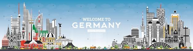 회색 건물과 푸른 하늘이있는 독일 스카이 라인에 오신 것을 환영합니다. 랜드 마크와 독일 풍경입니다.